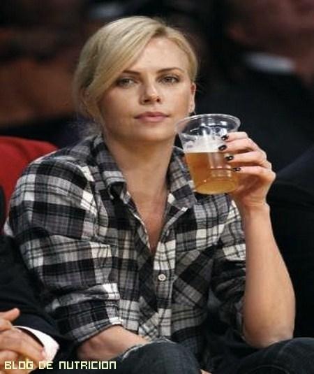 famosas bebiendo cerveza
