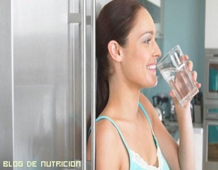 beber agua sin gas